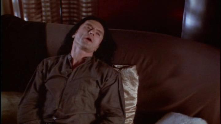 Tommy Wiseau interpreta Johnny in The Room
