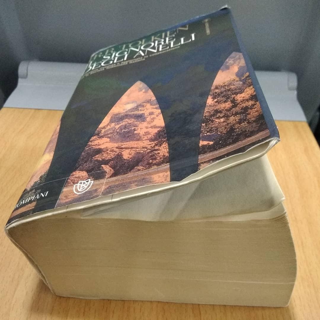 """il libro """"Il signore degli anelli"""" di J.R.R. Tolkien"""